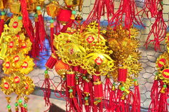 Los artículos afortunados están para la venta en el Año Nuevo lunar en la calle de Vietnam Fotografía de archivo