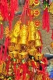 Los artículos afortunados están para la venta en el Año Nuevo lunar en la calle de Vietnam Fotos de archivo