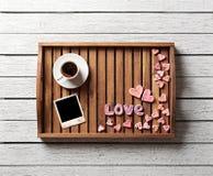 Los artículos de la tarjeta del día de San Valentín linda en bandeja Imagen de archivo