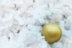 Los artículos de oro de la bola de la Navidad en la empanada blanca y el bokeh amarillo forman el fondo de la iluminación del LED Fotos de archivo libres de regalías