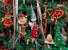 Los artículos decorativos de la tela del primer colgaron para arriba el árbol de navidad fotografía de archivo libre de regalías