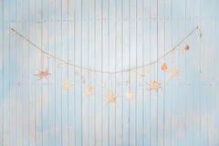 Los artículos marinos coloridos en blanco pintaron el fondo de madera Ob del mar Foto de archivo libre de regalías