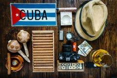 Los artículos se relacionaron para viajar al concepto de Cuba, desde arriba Imágenes de archivo libres de regalías