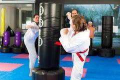 Los artes marciales se divierten el entrenamiento en gimnasia Fotografía de archivo