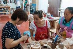 Los artesanos de Chongqing Rongchang de la cerámica del estudio de un museo de la cerámica están produciendo a Rongchang Tao Foto de archivo