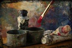 Los artistas aplican con brocha y la disposición de la pintura de petróleo Imagenes de archivo