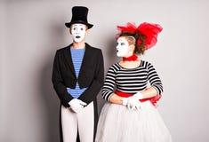Los artistas que se realizan, dos de la calle imitan día de los tontos del hombre y de la mujer en abril Imagen de archivo