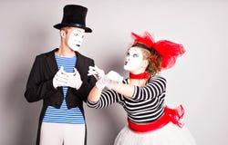 Los artistas que se realizan, dos de la calle imitan día de los tontos del hombre y de la mujer en abril Foto de archivo libre de regalías