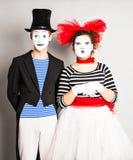 Los artistas que se realizan, dos de la calle imitan día de los tontos del hombre y de la mujer en abril Foto de archivo
