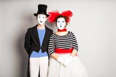 Los artistas que se realizan, dos de la calle imitan día de los tontos del hombre y de la mujer en abril Imágenes de archivo libres de regalías