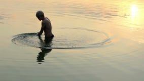 Los Arty sirven hacen un círculo en un lago en la puesta del sol en verano almacen de video