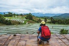 Los asiáticos del hombre viajan naturaleza El viaje se relaja El caminar para tomar una foto en el campo En verano fotos de archivo