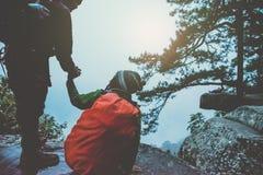 Los asi?ticos de la mujer y del hombre del amante viajan se relajan en el d?a de fiesta Admire el paisaje de la atm?sfera en el M fotografía de archivo libre de regalías