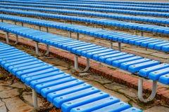 Los asientos en el estadio se colocan en línea Foto de archivo