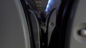 Los asientos negros de un minivan tiraron dentro de él La derecha e izquierda del movimiento de ThHey almacen de metraje de vídeo