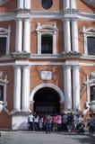 Los asistentes de la iglesia se reúnen el exterior de la catedral debido al atestamiento y a la falta de espacio foto de archivo libre de regalías