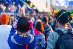 Los asistentes del festival gozan de una banda en el festival 2014 de Glastonbury fotografía de archivo libre de regalías