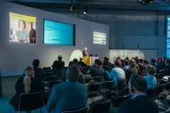 Los asistentes escuchan altavoz de la compañía de SAP en el CeBIT Imagenes de archivo