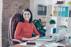 Los aspectos rojos del estudio del jefe de la butaca del suéter de la forma de vida entonan la moda p fotografía de archivo libre de regalías