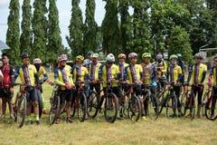 Los atletas aficionados de diversos grupos en Pluak Daeng participaron en la actividad Foto de archivo
