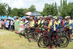 Los atletas aficionados de diversos grupos en Pluak Daeng participaron en la actividad Imagen de archivo