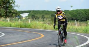 Los atletas aficionados de la bici hacen la mayor parte de sus esfuerzos en el viaje de la caridad de la raza de bicicleta Fotografía de archivo libre de regalías