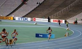 Los atletas compiten en la raza de relais 4x400 Imagen de archivo libre de regalías