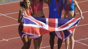 Los atletas de Inglaterra ganaron los trofeos en la competencia de deportes, celebrando éxito almacen de video