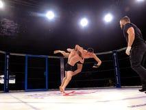 Los atletas en el anillo octagonal para el deporte extremo de las luchas mezclaron a Muttahida Majlis-E-Amal MAXMIX del torneo de Fotos de archivo