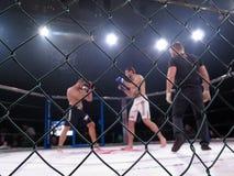 Los atletas en el anillo octagonal para el deporte extremo de las luchas mezclaron a Muttahida Majlis-E-Amal MAXMIX del torneo de Imagenes de archivo
