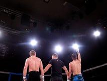 Los atletas en el anillo octagonal para el deporte extremo de las luchas mezclaron a Muttahida Majlis-E-Amal MAXMIX del torneo de Foto de archivo