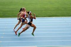 Los atletas en el final de 400 contadores compiten con Imagen de archivo libre de regalías
