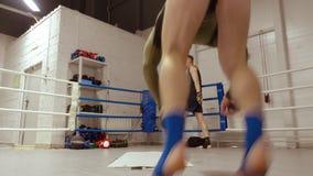 Los atletas hacen la rueda acrob?tica y caer detr?s en ringside en club de la lucha