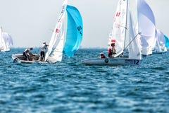 Los atletas navegan en la acción durante el campeón del mundo de 2017 hombres 470 Imagen de archivo libre de regalías