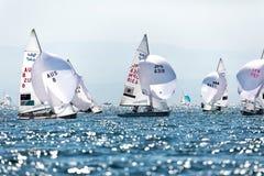 Los atletas navegan en la acción durante el campeón del mundo de 2017 hombres 470 Imagen de archivo