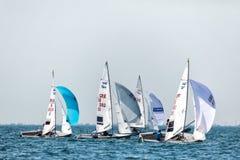 Los atletas navegan en la acción durante el campeón del mundo de 2017 hombres 470 Imágenes de archivo libres de regalías