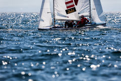 Los atletas navegan en la acción durante el campeón del mundo de 2017 hombres 470 Imagenes de archivo