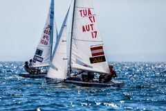 Los atletas navegan en la acción durante el campeón del mundo de 2017 hombres 470 Foto de archivo libre de regalías
