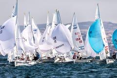 Los atletas navegan en la acción durante el campeón del mundo de 2017 hombres 470 Foto de archivo