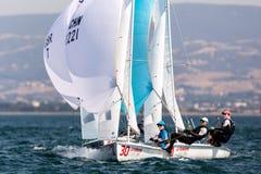 Los atletas navegan en la acción durante 2017 el campeón del mundo de las mujeres 470 Fotos de archivo