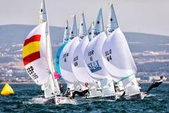 Los atletas navegan en la acción durante 2017 el campeón del mundo de las mujeres 470 Fotos de archivo libres de regalías