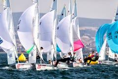Los atletas navegan en la acción durante 2017 el campeón del mundo de las mujeres 470 Imagenes de archivo