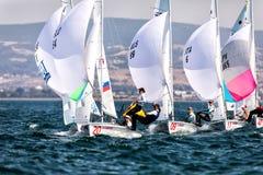 Los atletas navegan en la acción durante 2017 el campeón del mundo de las mujeres 470 Imágenes de archivo libres de regalías