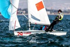 Los atletas navegan en la acción durante 2017 el campeón del mundo de las mujeres 470 Fotografía de archivo