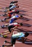 Los atletas que funcionan con obstáculos de 110 metros calientan en el campeonato del mundo U20 de IAAF en Tampere, Finlandia foto de archivo libre de regalías