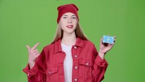 Los aumentos adolescentes una tarjeta azul y los puntos en ella, recomiendan Pantalla verde Cámara lenta almacen de metraje de vídeo