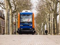 Los autobuses eléctricos Driverless llevan a pasajeros Imagen de archivo libre de regalías