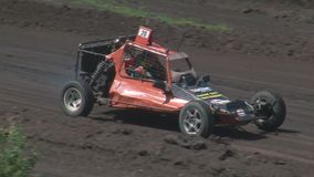 Los autocross Las razas de campeonato en una pista difícil almacen de video