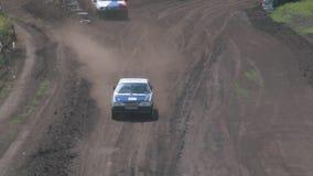 Los autocross Las razas de campeonato en una pista difícil metrajes