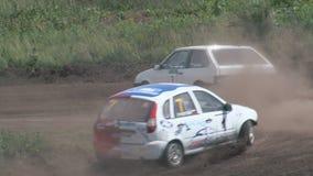 Los autocross Las razas de campeonato en una pista difícil almacen de metraje de vídeo